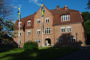Skolbyggnaden, en pampig röd tegelbyggnad