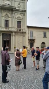 """Antonio Losi, scrittore e consigliere di Pro Loco Montevarchi Cultura 52025, intrattiene un gruppo di partecipanti all'incontro culturale """"Passeggiate Montevarchine"""""""