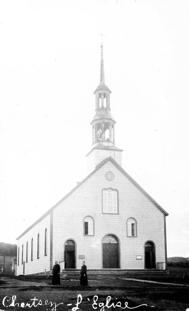 L'église avant 1912 avec le curé Forest