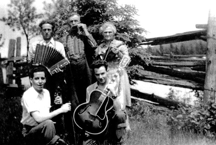 Roger Miron avec ses parents, son frère Gérard et René Frénette