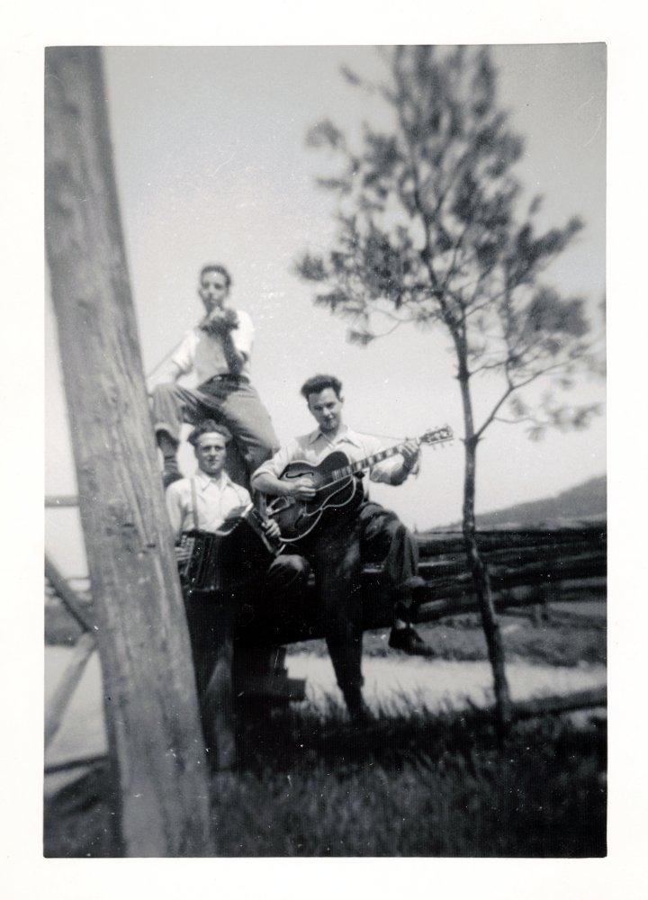 Roger Miron guitare, Gérard Miron accordéon, ? violon