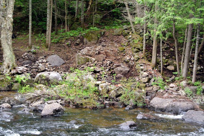 Toute la rive est pavée et aménagée