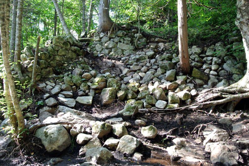 Un mur effondré construit sur le rocher