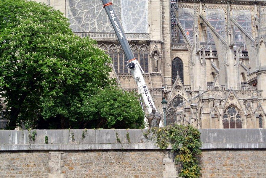 Notre-Dame de Paris: Jean-Paul II en prière