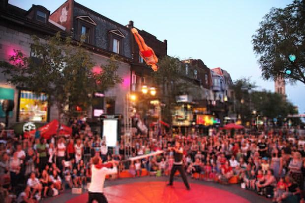 La Rue Complètement Cirque. Photo  Renald Laurin