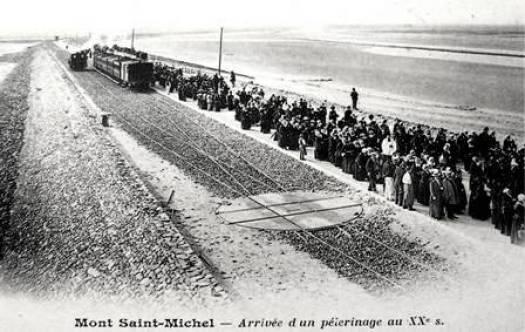 Mont-Saint-Michel arrivée tramway de pèlerins début 20e siècle
