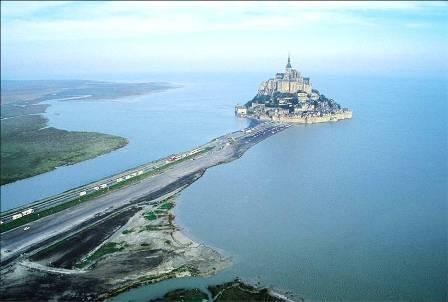 """"""" Mont Saint Michel la digue route empeche que le Mont soit une ile"""""""