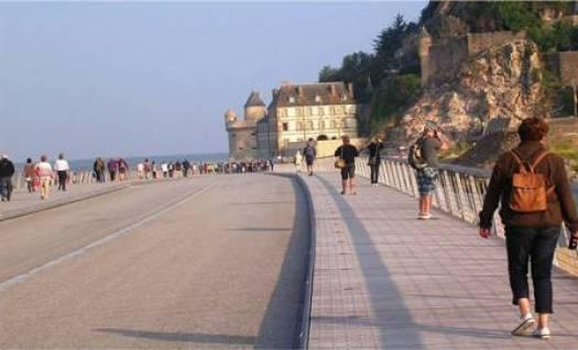 Descente du pont-passerelle vers le rocher