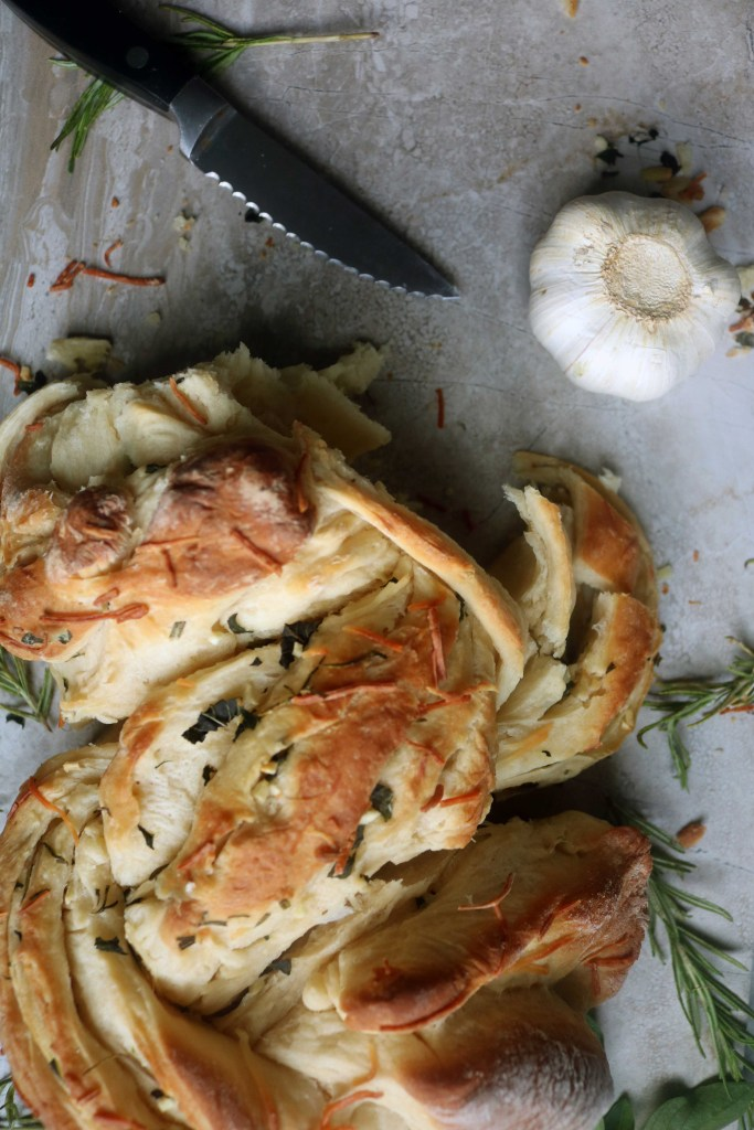 Spiral bread with garlic & herbs make the perfect recipe for Lammas. Super easy, shareable and delicious.