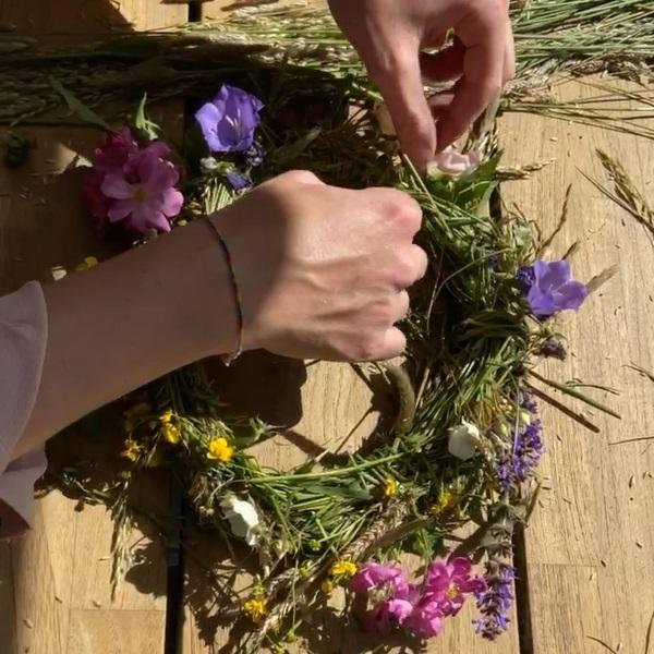 bloemen rijgen bloemenkrans