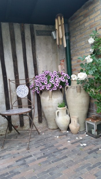 About a goosy garden: brocante and pottery