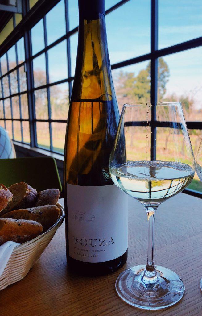 """<p> <img src=""""vinoblancoconcopa.jpg"""" alt=""""Vino blanco con copa en viñedo.""""> Opciones para maridaje con vino blanco ... </p>"""