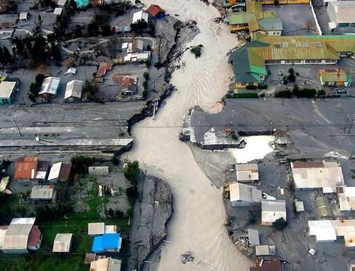 從上空觀看柴滕鎮裡泥漿洪流的情形