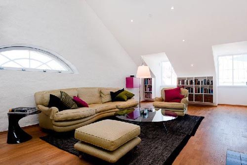 fotograffia atico decorado como sala de estar sofa estanteria