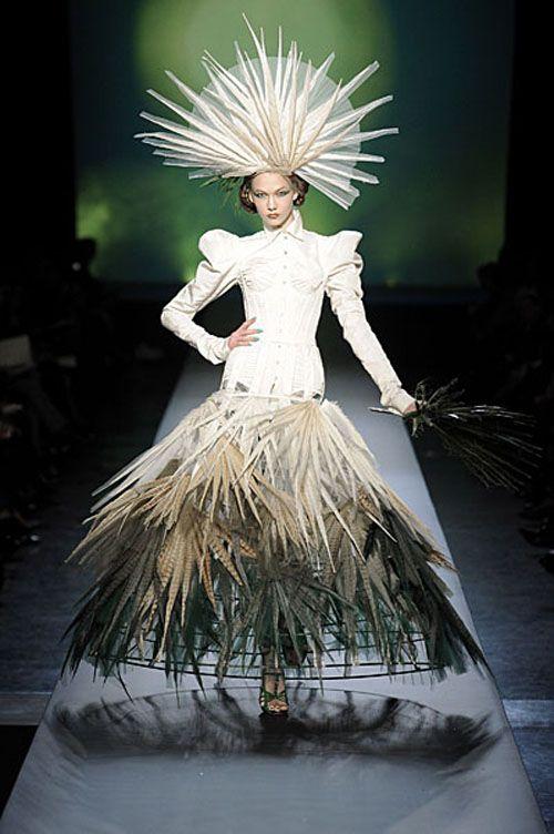 modelo vestida de jean paul gaultier vestido blanco pasarela