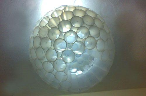 lampara a base de vasos de plastico reutilizados