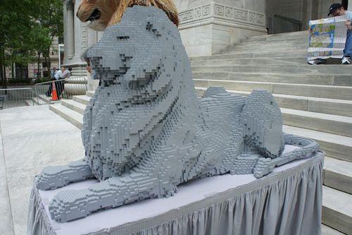 leon biblioteca nueva york escultura lego nathan sawaya gutenver.tv