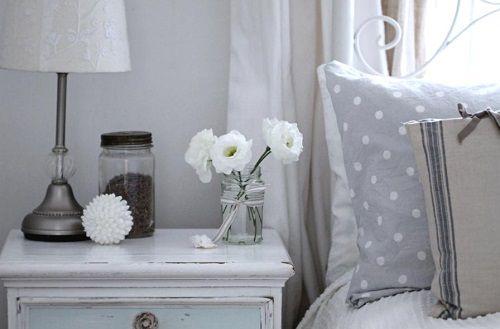 Dormitorio con flores blancas