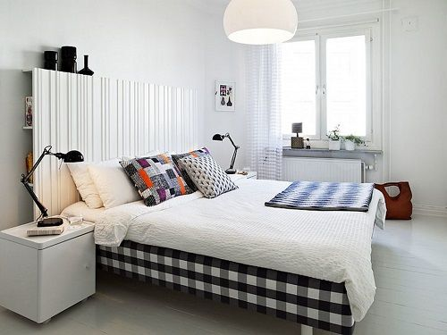 Dormitorio blanco con textiles de color