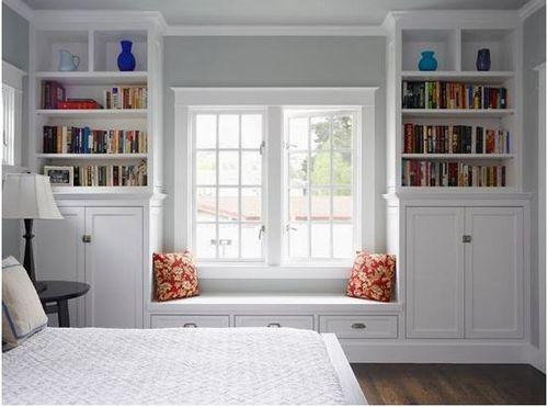 dormitorio con asiento bajo ventana blanco