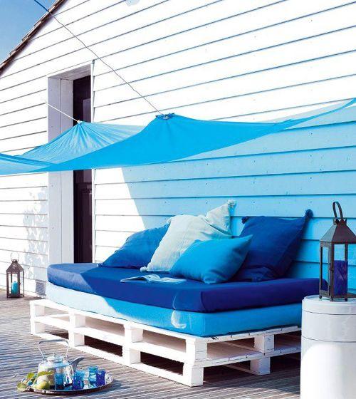 sofa con palets con detalles en azul