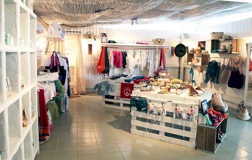 Interior de la tienda con ropa y complementos