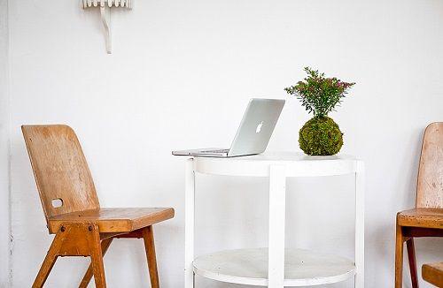 Kokedama en escritorio minimalista