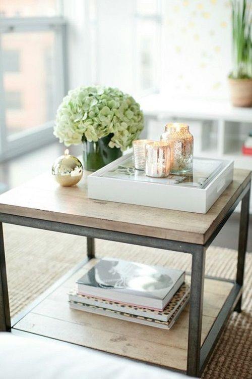 Mesa con accesorios decorativos