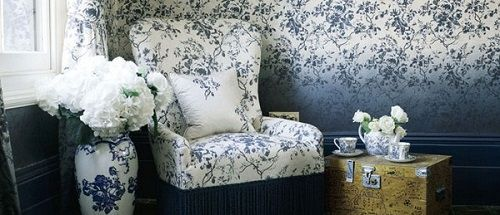 sofa, jarron y pared estampado flores