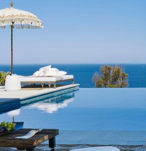 piscina desbordante en la costa