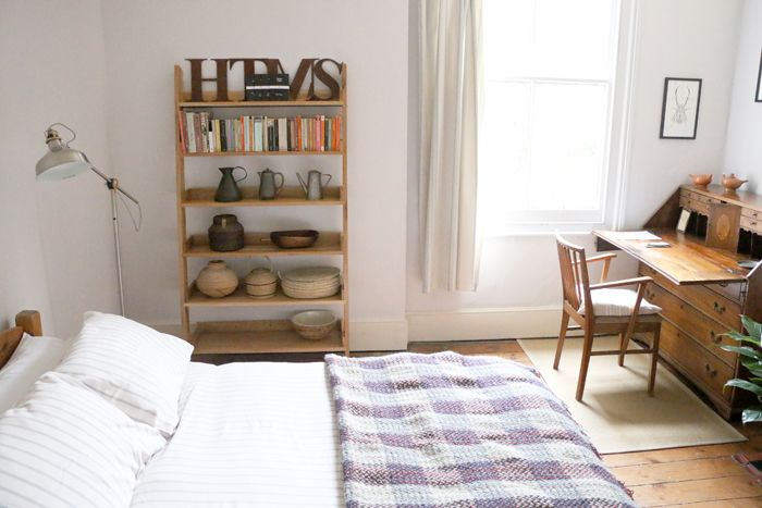 habitacion con estanteria libros