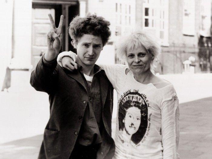 Vivienne Westwood joven con su novio Malcolm McClaren disenadora de moda punk inglaterra pelo naranja