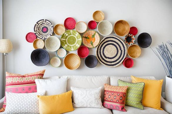 decorar paredes blancas con cestas de mimbre de colores