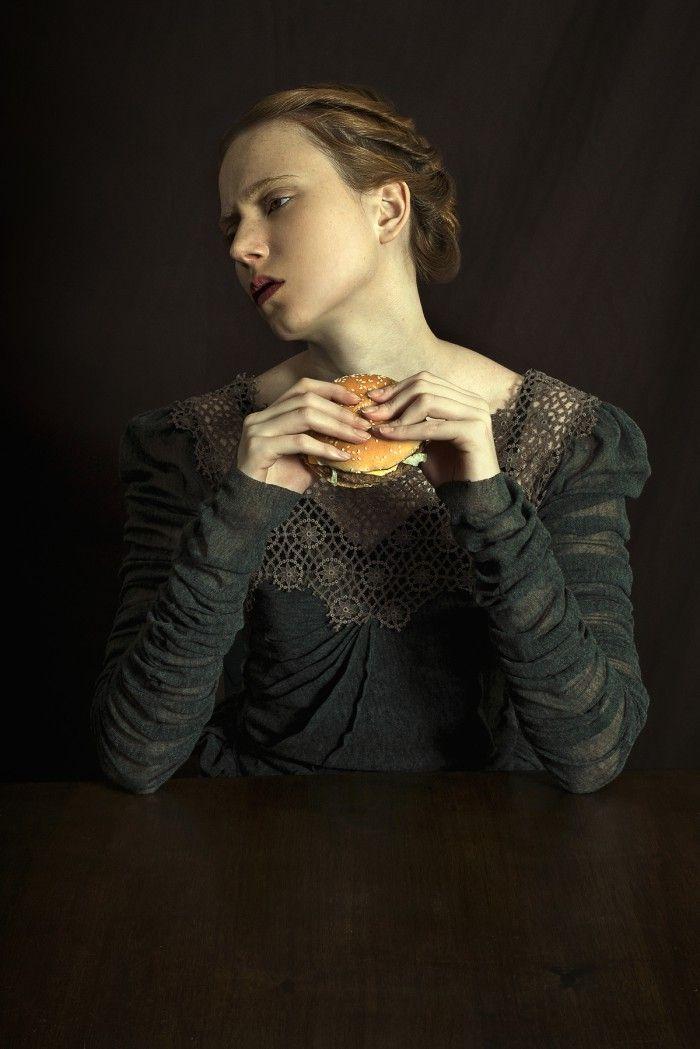 fotografia mujer renacentista comiendo hamburguesa serie pop corn fotografa argentina fotos que parecen cuadros fotografia pictorica romina ressia