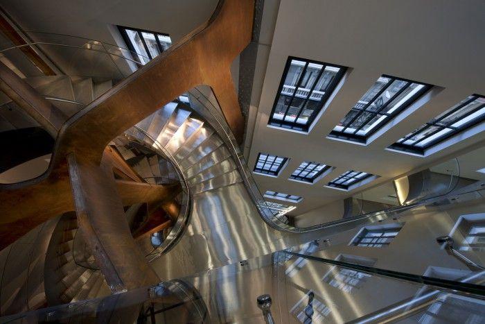 interior del espacio fundacion telefonica calle fuencarral madrid escaleras