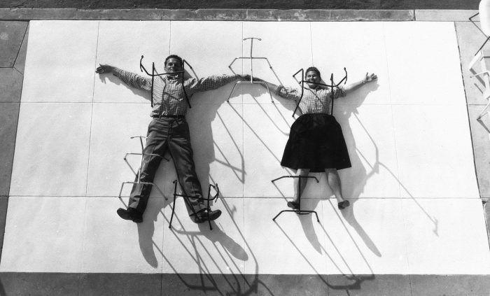 charles ray eames foto graciosa tirados en el suelo pareja disenadores arquitectos matrimonio estadounidense mujer hombre