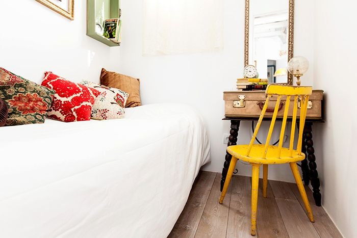 cama silla mesa de noche rincón malasaña piso judith