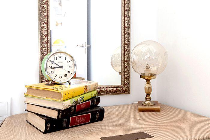 libros reloj espejo decoracion detalles malasaña
