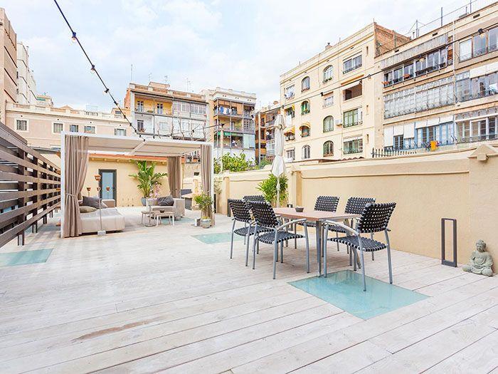 gran terraza con suelos de madera en atico de lujo en barcelona