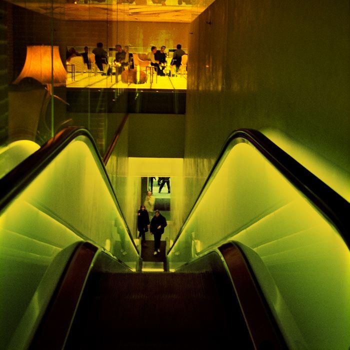 escaleras mecanicas restaurante luz amarilla verdosa