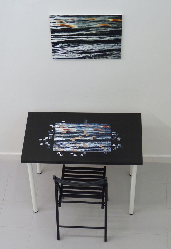 Pupitre con silla negra cuadro y puzle incompleto