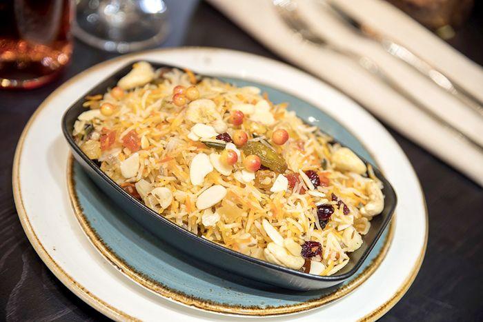 plato de comida india de arroz con verduras