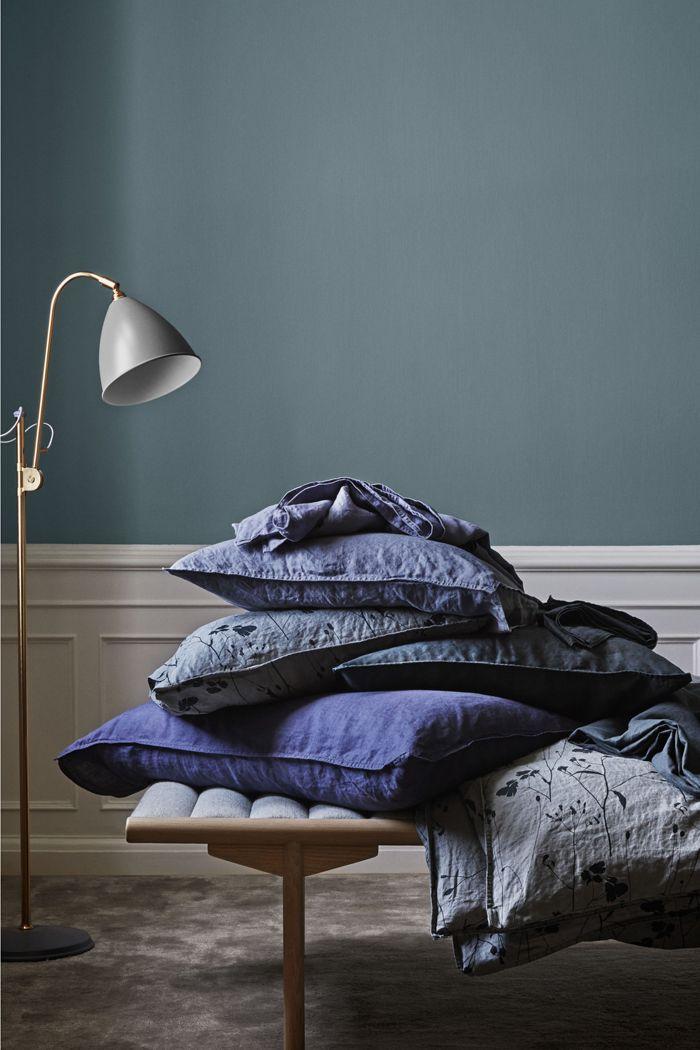 grupo de textiles y cojines con lampara diseño