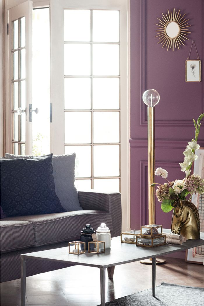 ventanal a salon clasico con pared violeta
