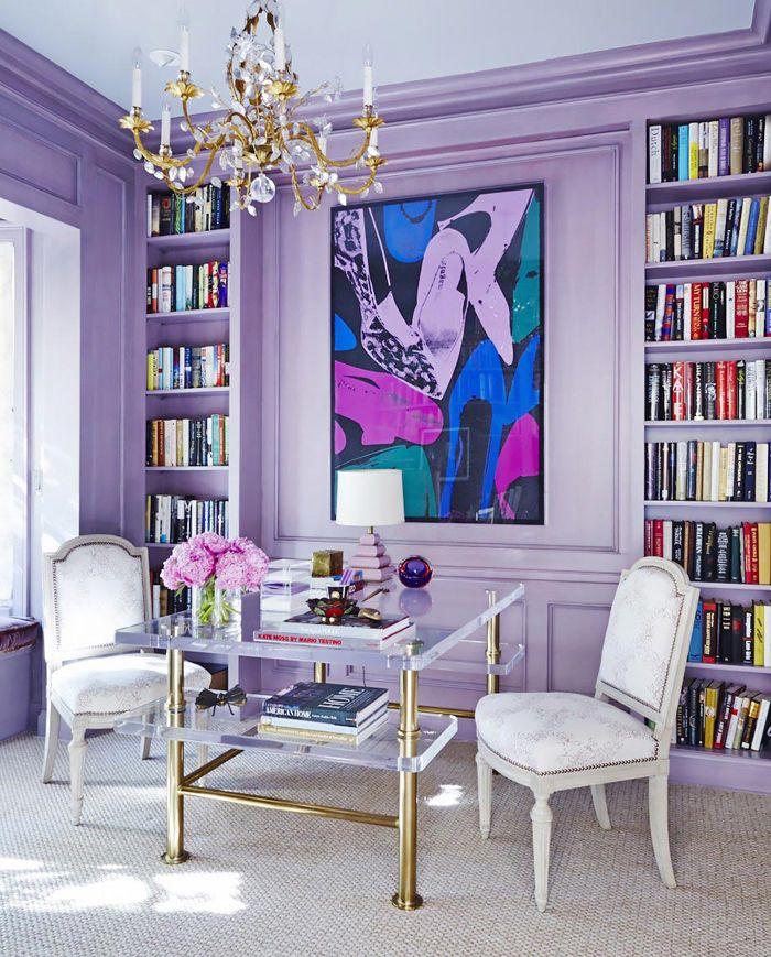 mesa cristal y sillas clasicas blancas con pared violeta