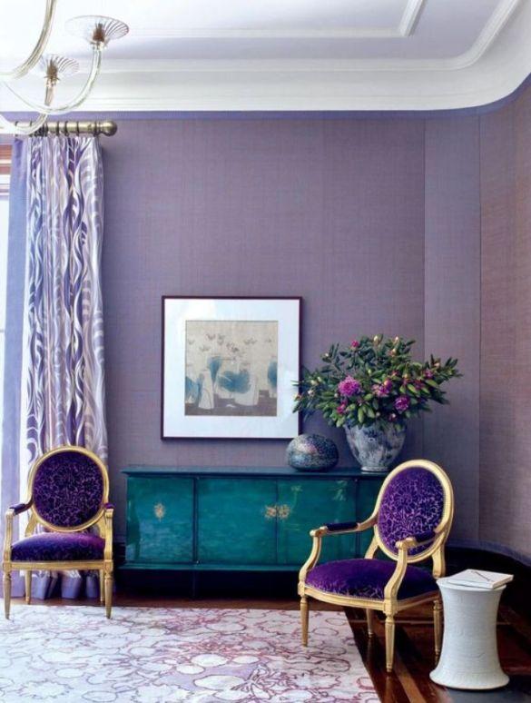 pared ultravioleta pantone con butacas doradas moradas