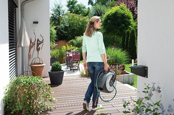 mujer regando jardin