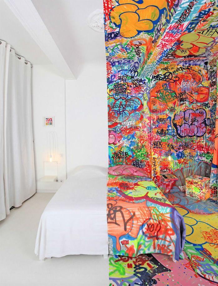 Dormitorio dividido blanco y graffiti color