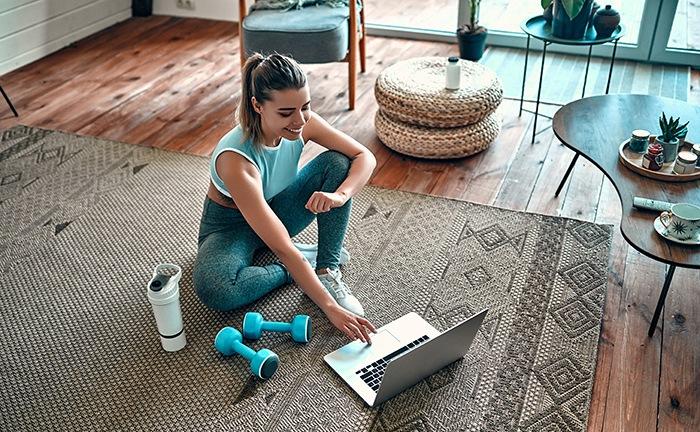 chica ejercicio y trabajo en hogar