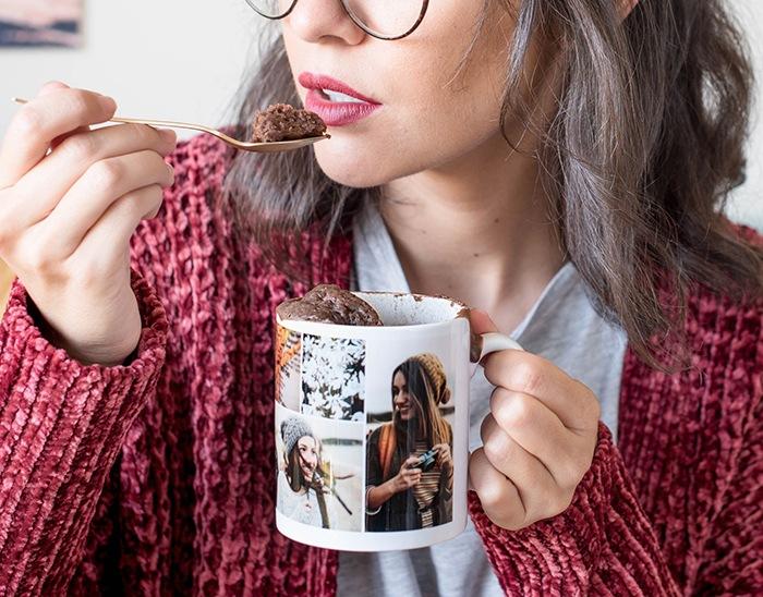 chica con taza chocolate